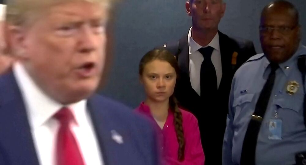 Greta Thunberg guarda come Donald Trump parla