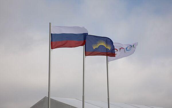 Le bandiere della Russia, della regione di Murmansk e di Enel nel cantiere della centrale eolica Kolskaya - Sputnik Italia