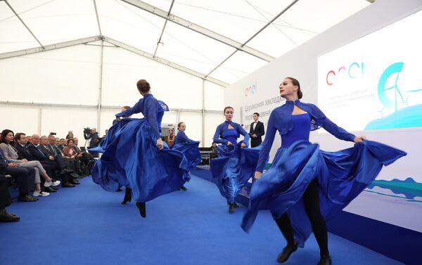 Un gruppo di danze folcloristiche locali si esibisce prima della cerimonia di posa della prima pietra della centrale eolica Kolskaya - Sputnik Italia