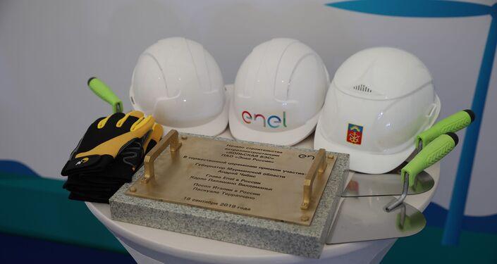 Gli attrezzi usati dalle autorità per la posa della prima pietra della centrale eolica Kolskaya