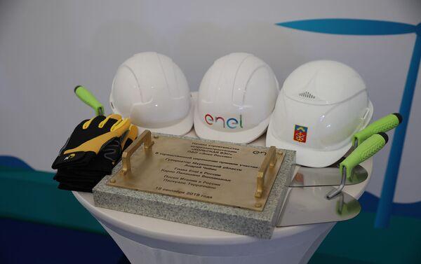 Gli attrezzi usati dalle autorità per la posa della prima pietra della centrale eolica Kolskaya - Sputnik Italia