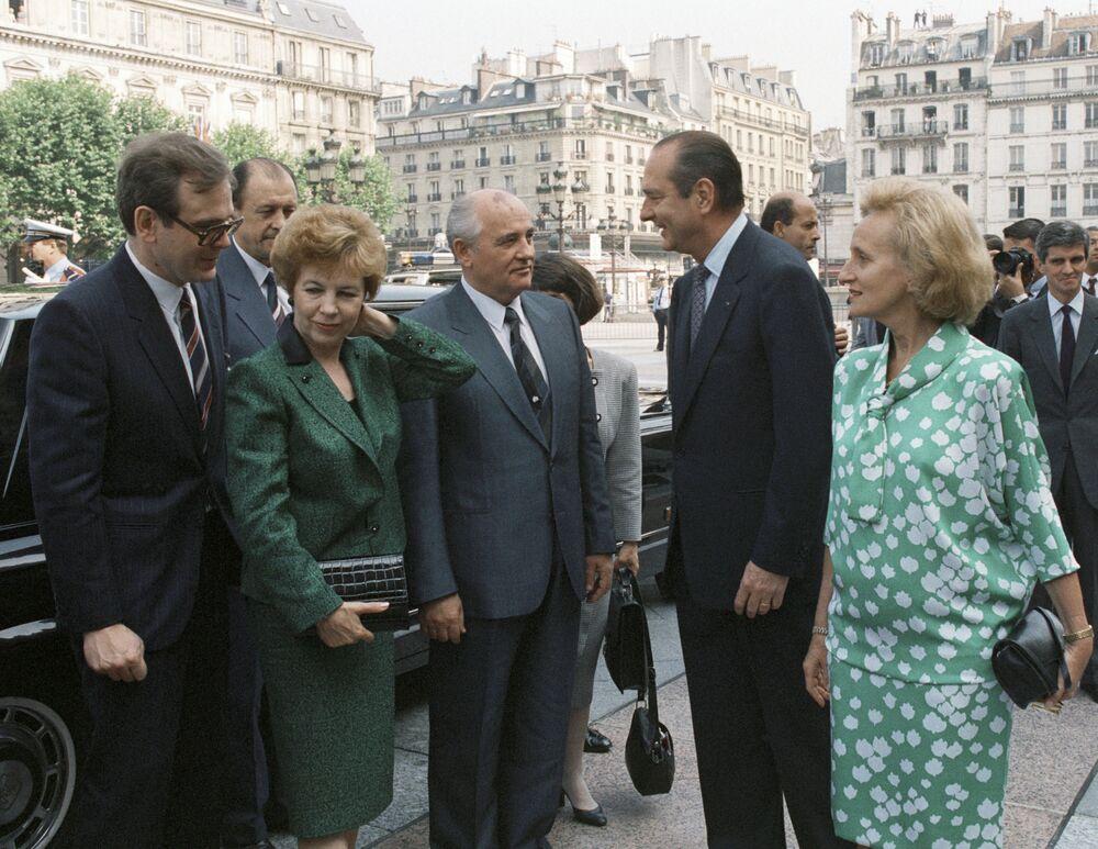 Mikhail Gorbaciov e Raisa Gorbaciova incontrano il sindaco di Parigi Jacques Chirac nel 1989.