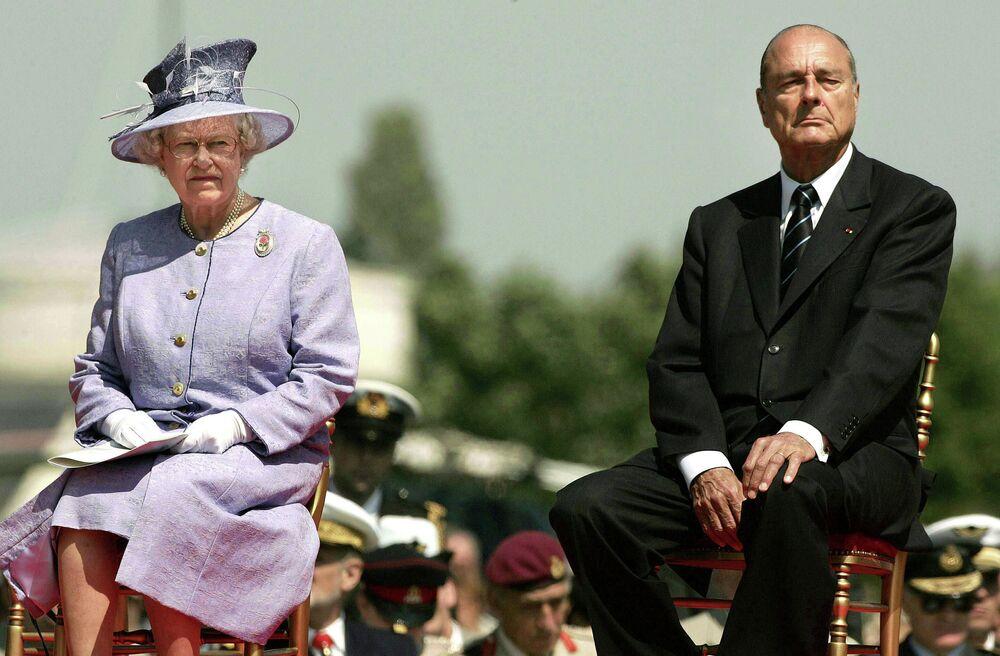 La regina Elisabetta II ed il presidente della Francia Jacques Chirac il 6 giugno 2004.