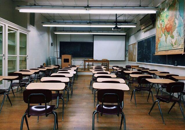 Scuola con banchi