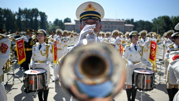 Un membro dell'orchestra militare cinese si esibisce a Pechino. - Sputnik Italia