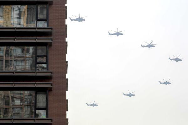 Elicotteri militari nel cielo di Pechino, alle prove della Parata per il 70° anniversario di nascita della Repubblica popolare cinese. - Sputnik Italia
