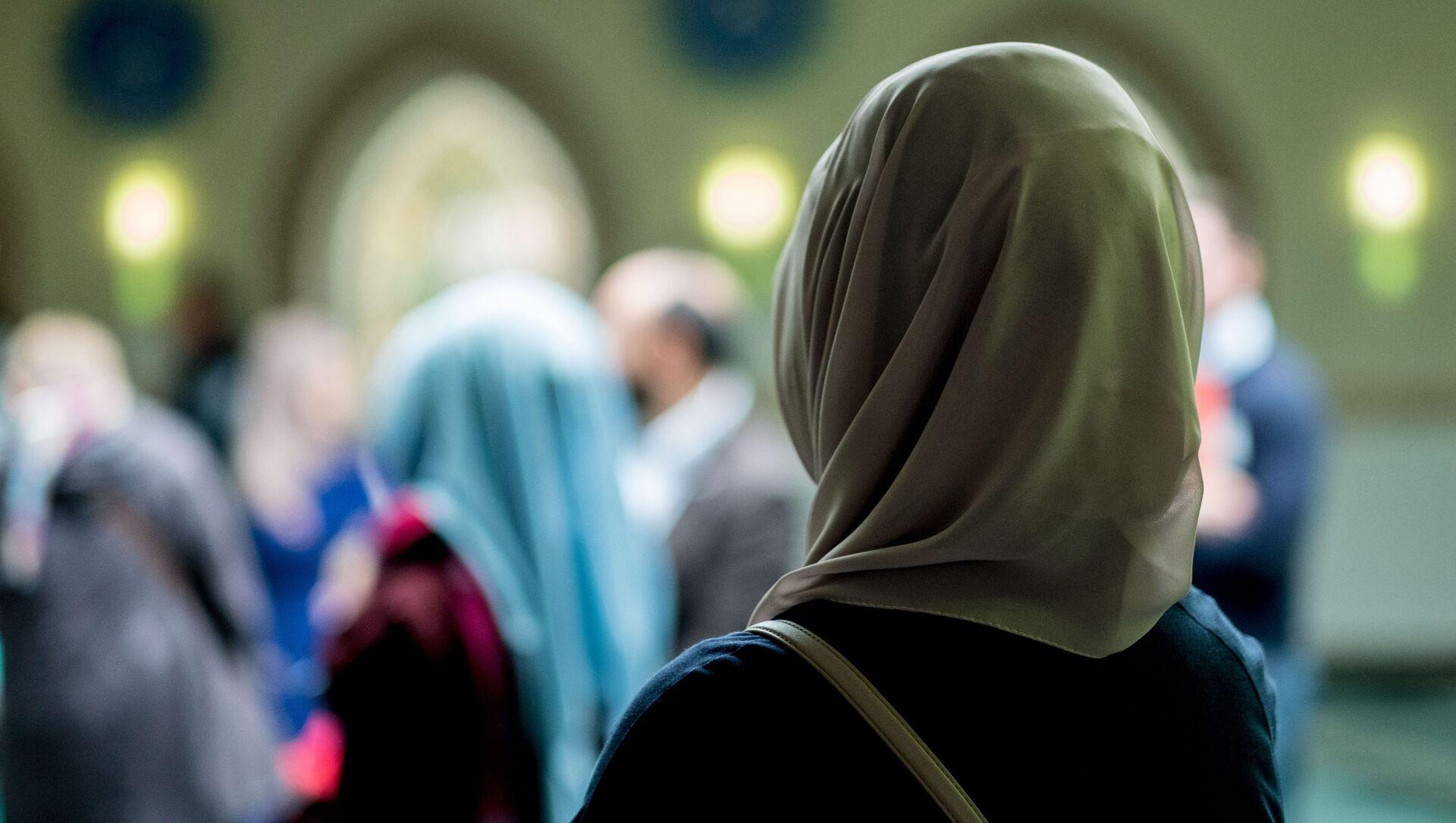 Una donna musulmana in una moschea - Sputnik Italia, 1920, 20.04.2021