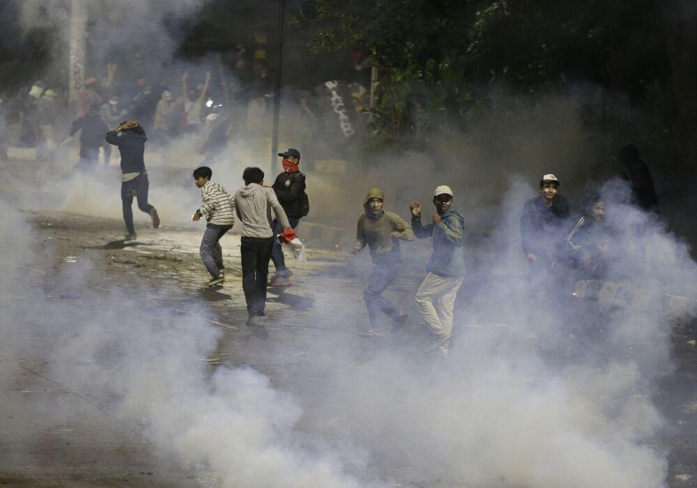 Durante le rivolte in Indonesia, centinaia di persone sono rimaste ferite: oltre 300 giovani e una quarantina di uomini delle forze dell'ordine