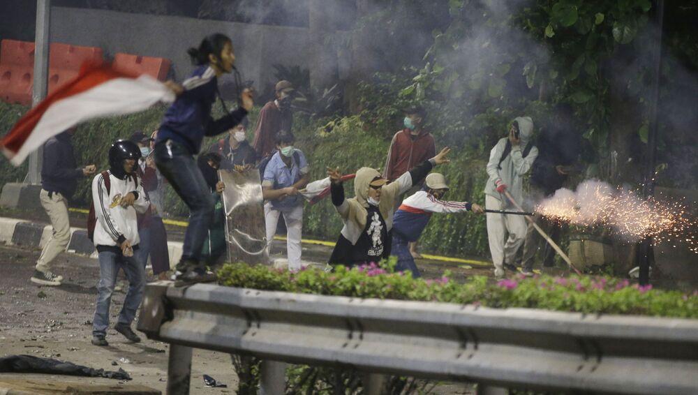 Dopo le elezioni presidenziali dello scorso maggio a Giacarta ci sono state proteste, durante le quali i rivoltosi hanno lanciato pietre e bottiglie molotov contro la polizia