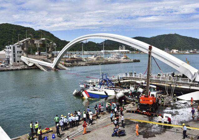 Drammatico crollo di un ponte di 140 metri nell'isola di Taiwan posto sopra di un fiume, 1 ottobre 2019.