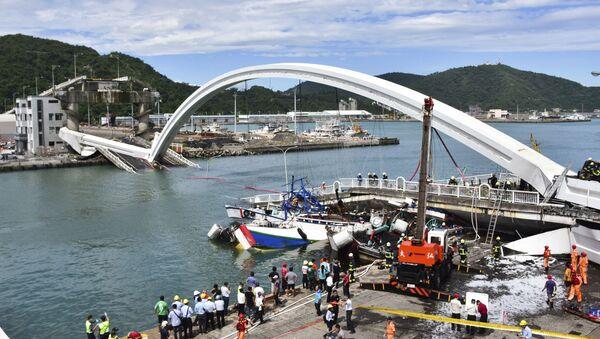 Drammatico crollo di un ponte di 140 metri nell'isola di Taiwan posto sopra di un fiume, 1 ottobre 2019. - Sputnik Italia