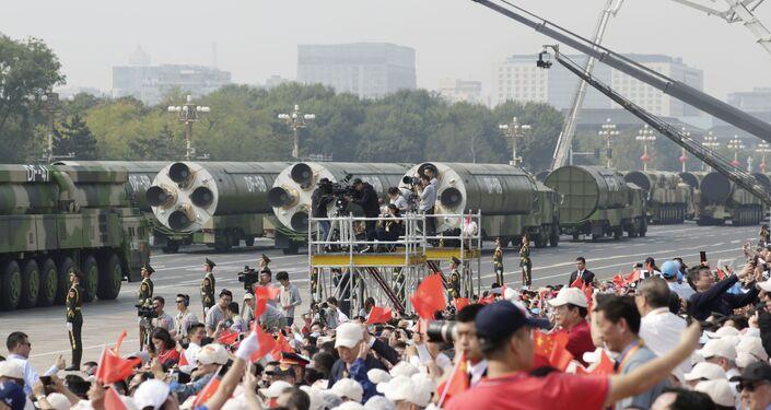I missili balistici DF-41 e  DF-5B alla parata militare in Cina