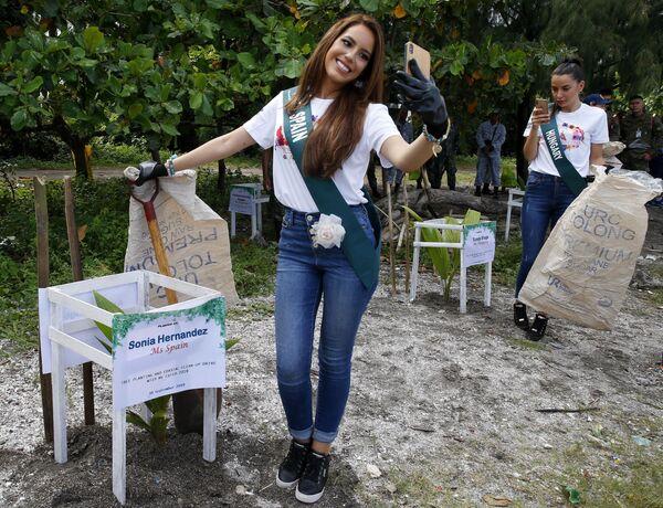 Le candidate di Spagna ed Ungheria per il concorso Miss Earth 2019 si fanno delle foto prima della pulizia della spiaggia. - Sputnik Italia
