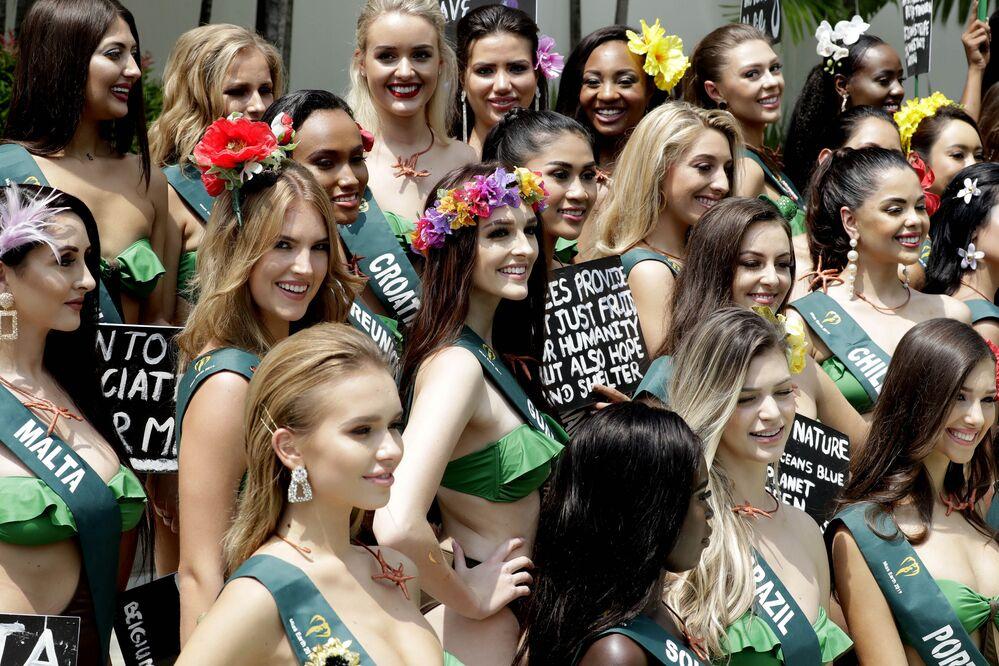 Quest'anno ogni candidata si esibisce con un fiore che rappresenta il proprio paese.