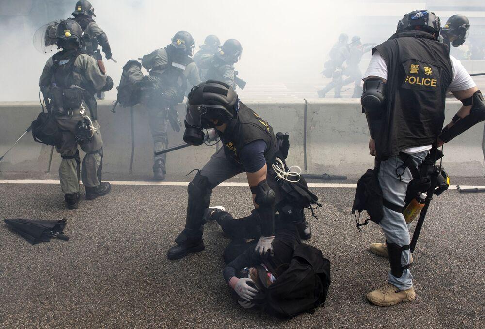 I disordini durante le manifestazioni a Hong Kong.