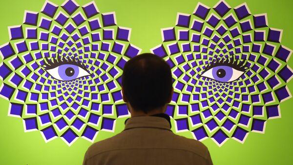Мужчина на выставке Tricked! - The spectacular illusion exhibition в замке Аугустусбур в Германии - Sputnik Italia