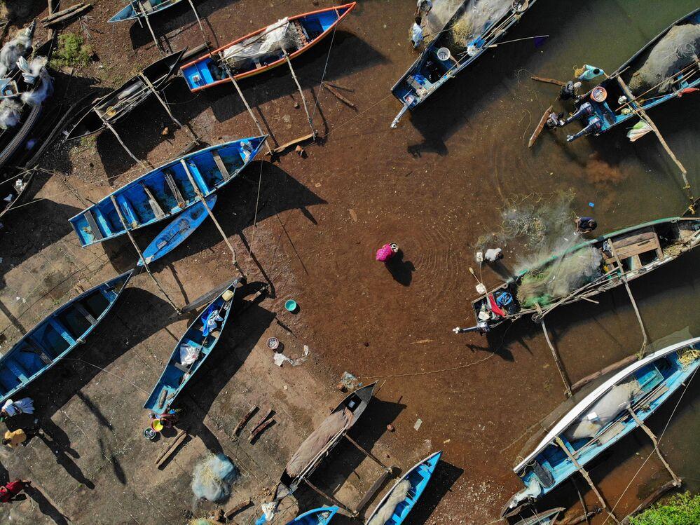 I venditori acquistano pesce da dei pescatori nel villaggio di Agonda, nel distretto meridionale di Goa.