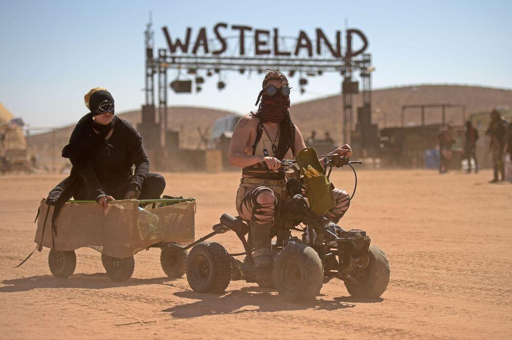 Donne sui quadrocicli al festival Wasteland Weekend nel deserto del Mojave a Edwards, California.