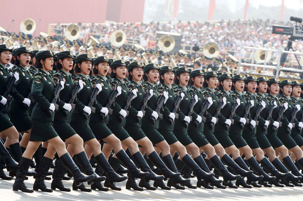 I soldati dell'Esercito popolare di liberazione marciano durante la parata militare dedicata al settantesimo anniversario della fondazione della Repubblica popolare cinese a Pechino.