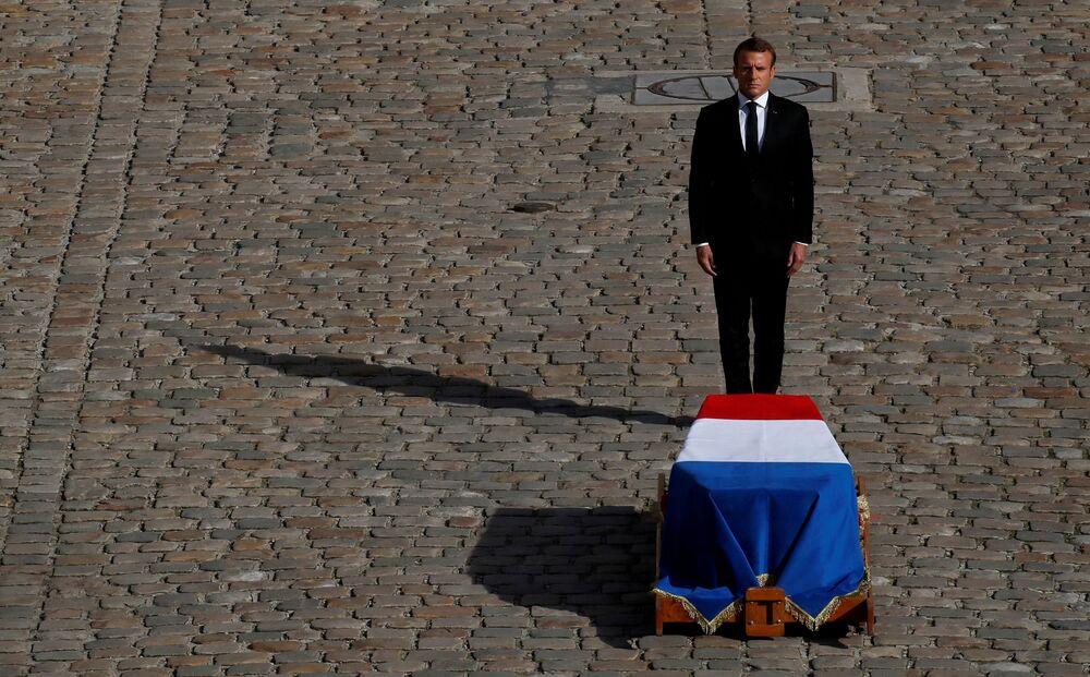 Il presidente francese Emmanuel Macron davanti alla bara del defunto Jacques Chirac.