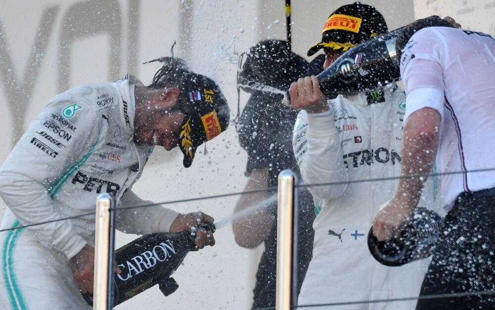 I piloti della Formula 1 Lewis Hammilton e Valtteri Bottas della squadra Mercedes festeggiano il loro successo al GP di Russia a Sochi.
