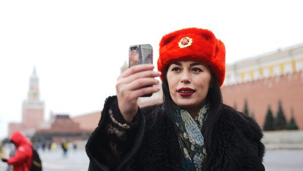 Una ragazza si fa un selfie sulla Piazza Rossa - Sputnik Italia