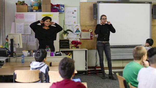 Insegnanti spiegano a scuola - Sputnik Italia