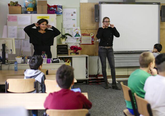 Insegnanti spiegano a scuola