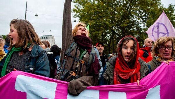 I manifestanti bloccano un ponte per segnare l'inizio delle proteste di Extinction Rebellion ad Amsterdam, il 7 ottobre 2019 - Sputnik Italia