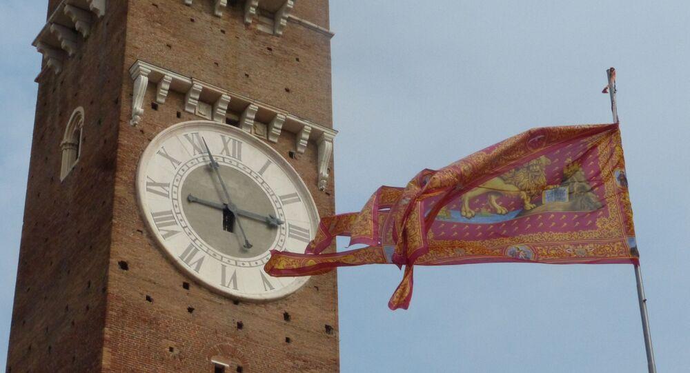 Bandiera Marciana sotto la Torre dei Lamberti a Verona