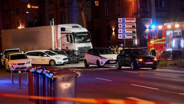 Il camion rubato è stato lanciato a tutta velocità dal dirottatore contro delle automobili ferme a un semaforo rosso a Limburg, Germania. - Sputnik Italia