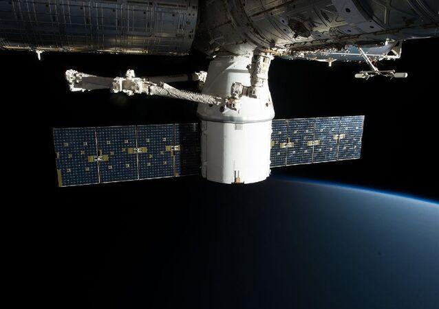 La nave spaziale Crew Dragon attraccata alla ISS.