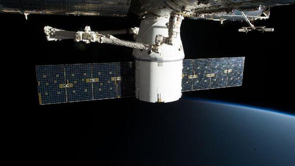 La nave spaziale Crew Dragon attraccata alla ISS - Sputnik Italia