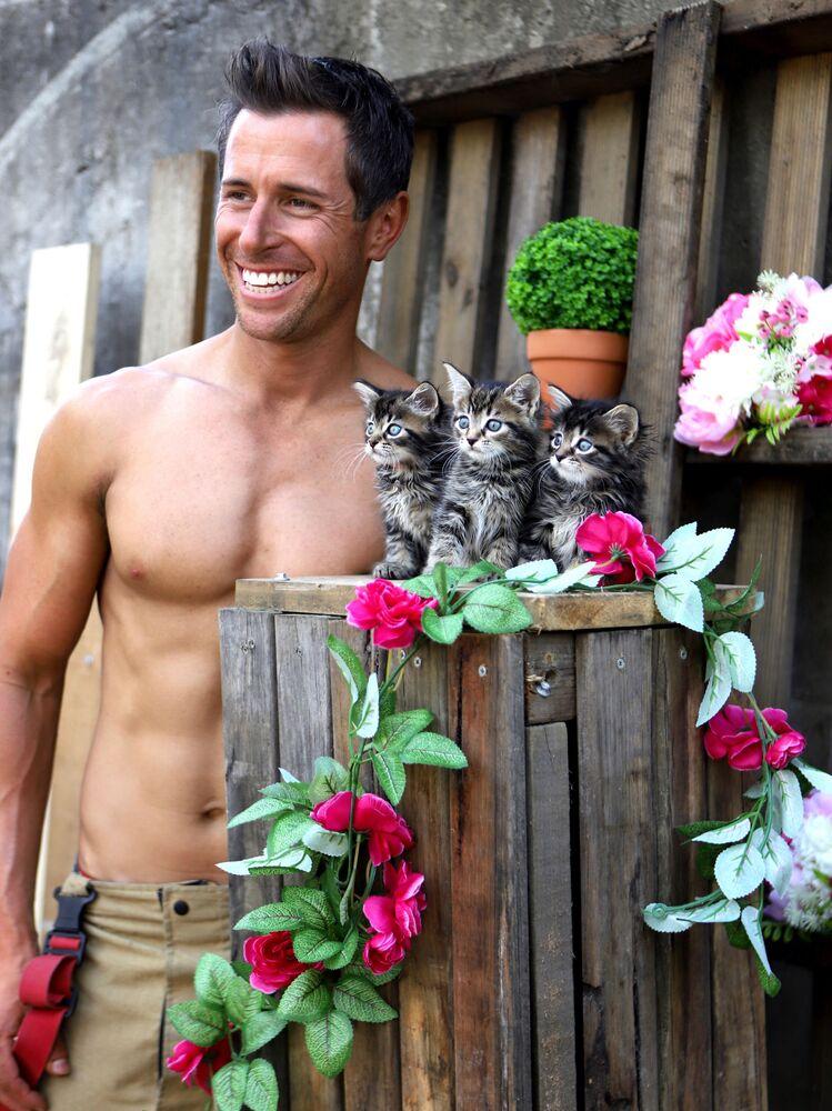 Il vigile del fuoco Cameron con dei gattini