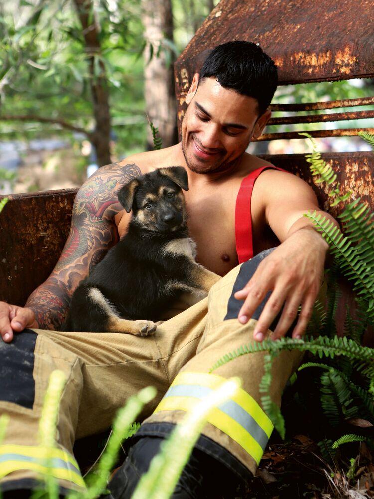 Il vigile del fuoco Cheyne con un cane