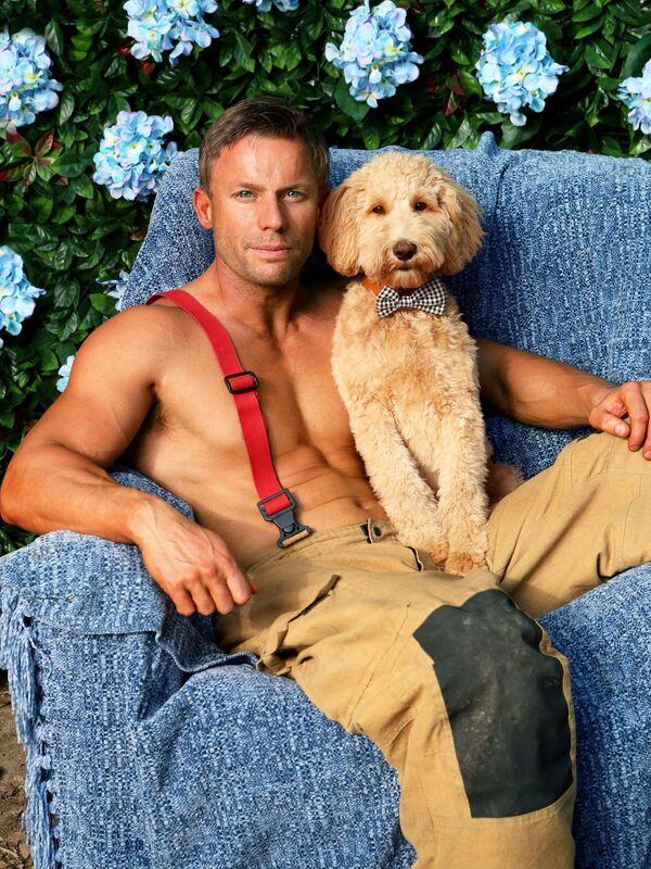 Австралийский пожарный Аарон с собакой во время фотосессии для традиционного благотворительного календаря 2020 Australian Firefighters Calendar - Sputnik Italia