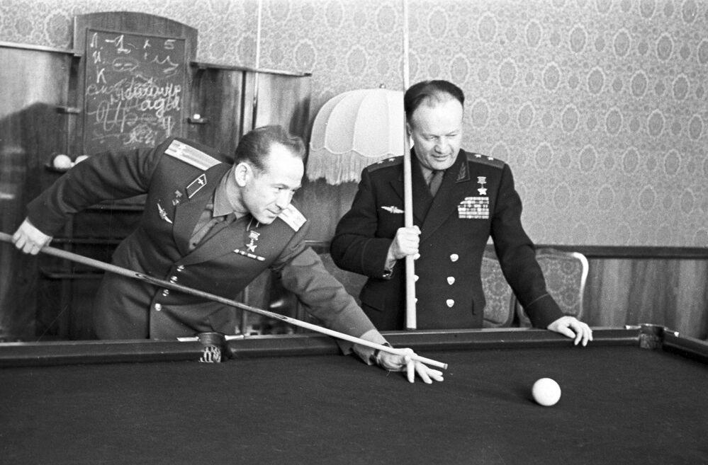 L'astronauta dell'URSS Aleksey Arkhipovich Leonov e il tenente generale dell'aviazione Nikolai Petrovich Kamanin giocano a biliardo