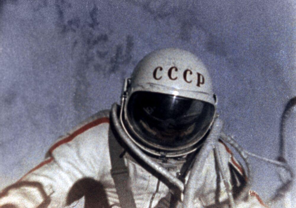 Il frame dal film documentario che racconta della prima uscita dell'uomo nello spazio aperto. I film documentari sono stati girati dall'equipaggio della capsula Voskhod-2 Pavel Belyaev e Alexei Leonov.