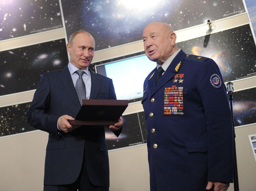 Il primo ministro russo Vladimir Putin consegna il premio del governo russo all'astronauta dell'URSS Alexei Leonov