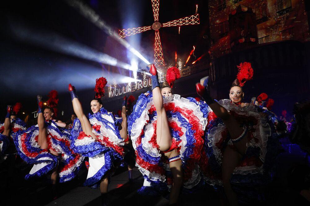 I ballerini del Moulin Rouge si esibiscono durante la celebrazione del 130° anniversario del più antico cabaret francese.
