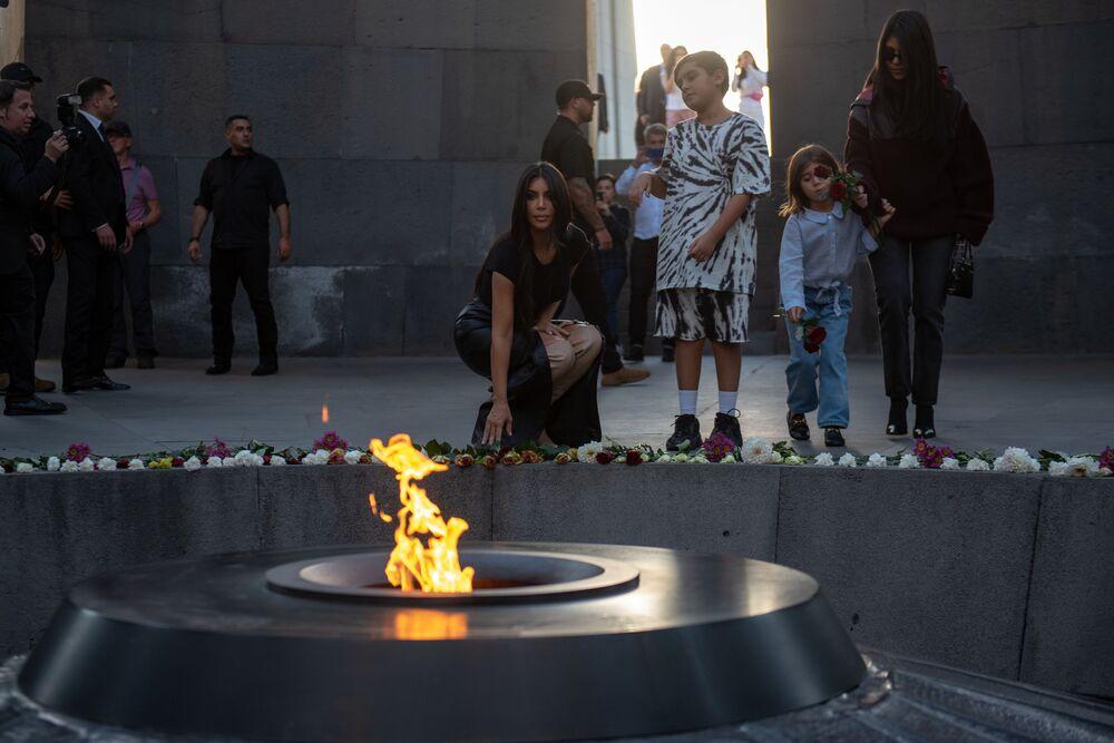 Kim Kardashian depone fiori di fronte alla fiamma eterna a Tsitsernakaberd nella capitale armena Erevan.