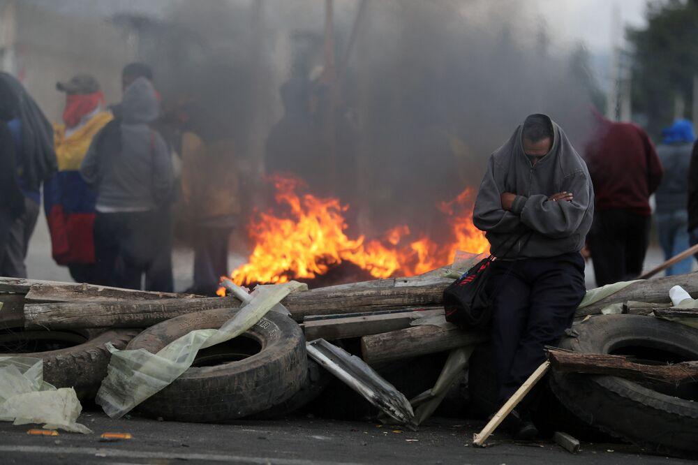 Le proteste contro l'abolizione del sussidio sul carburante nella città di Cayambe, in Ecuador.