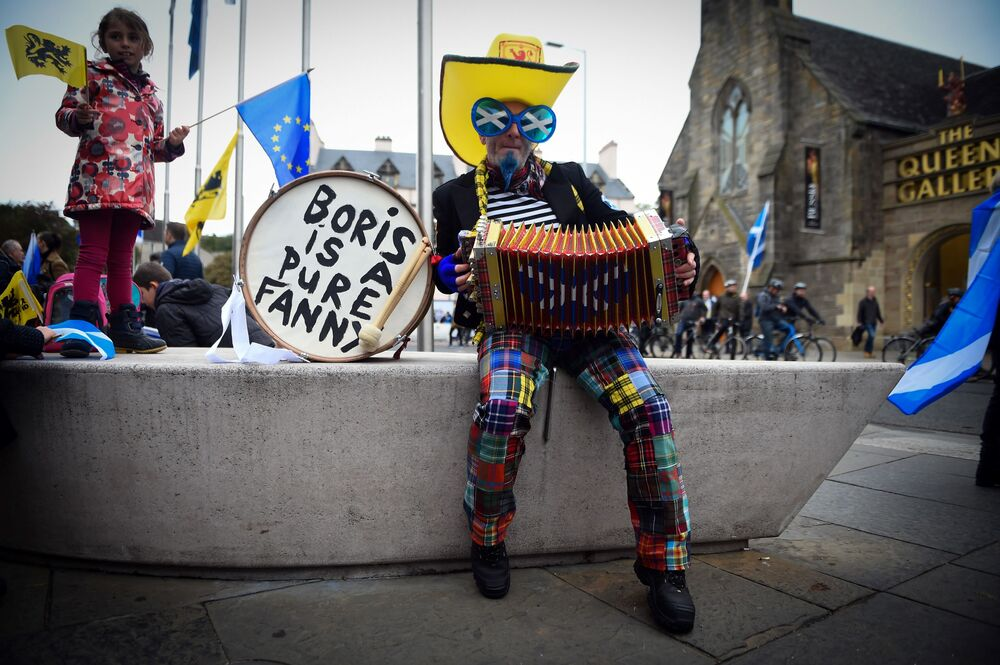 Un manifestante suona la fisarmonica in attesa della marcia per l'indipendenza della Scozia ad Edimburgo.