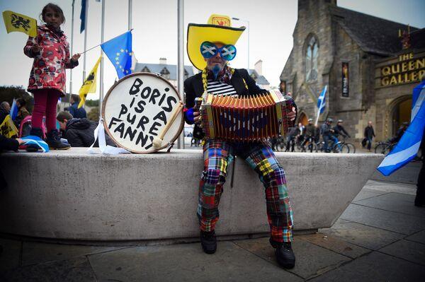 Un manifestante suona la fisarmonica in attesa della marcia per l'indipendenza della Scozia ad Edimburgo. - Sputnik Italia