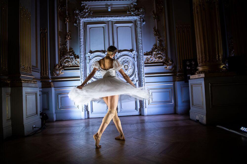 Ballerina della compagnia di danza classica del Balletto dell'Opera di Parigi si esibisce durante lo spettacolo Degas Danse al Museo d'Orsay.