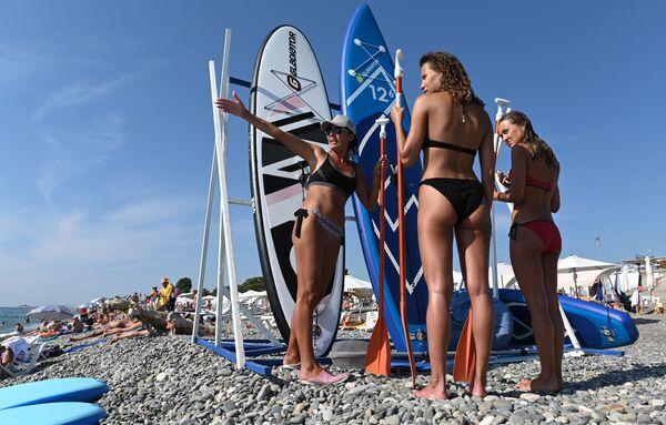 Turisti su una delle spiagge di Sochi, Russia. - Sputnik Italia
