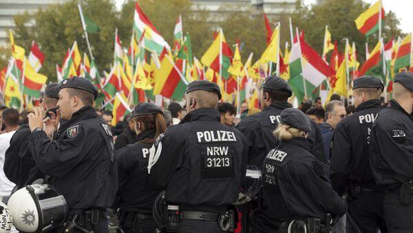 Polizia in piazza con manifestanti curdi - Sputnik Italia