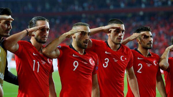 La nazionale turca fa il saluto militare  - Sputnik Italia