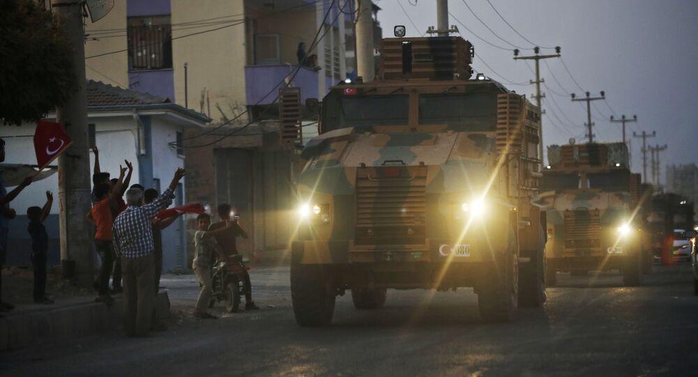 Veicoli militari turchi al confine turco-siriano