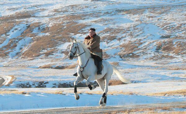 Il leader nordcoreano Kim Jong-un in sella ad un cavallo durante una nevicata sul Monte Paektu - Sputnik Italia